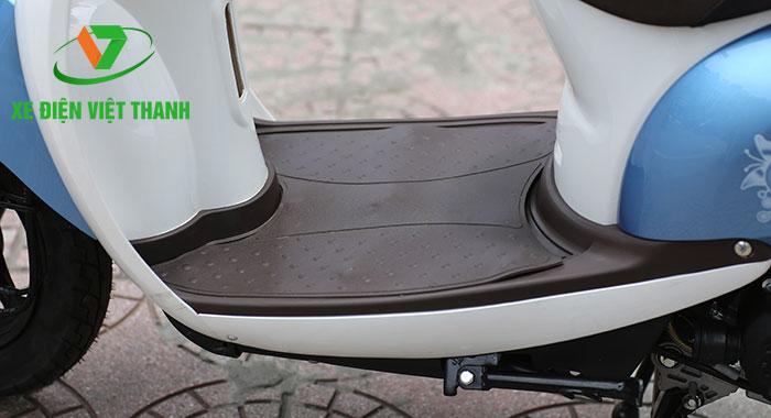Sàn để chân rộng mang đến tư thế ngồi thoải mái