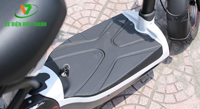 Sàn để chân rộng tích hợp khe thoát nước