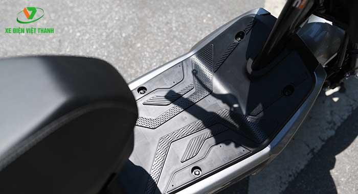 Sàn để chân rộng thoải mái